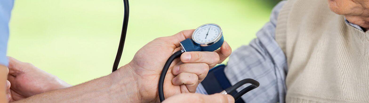 Blutdruck Messung bei einem Senior