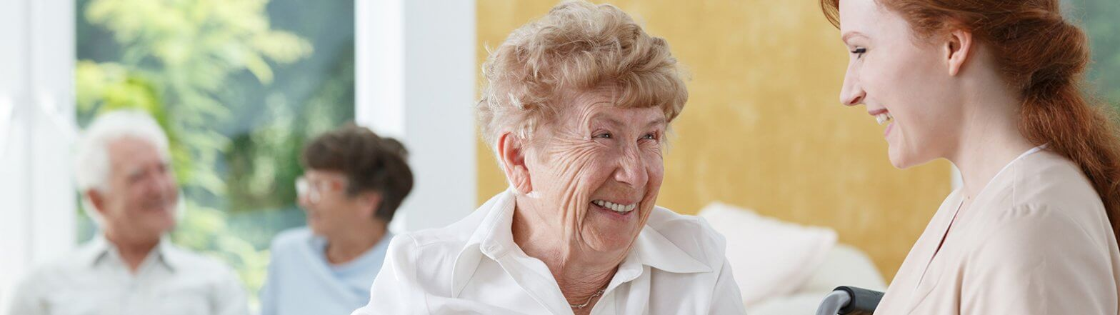 Glückliche Seniorin in einer Tagespflege in Essen