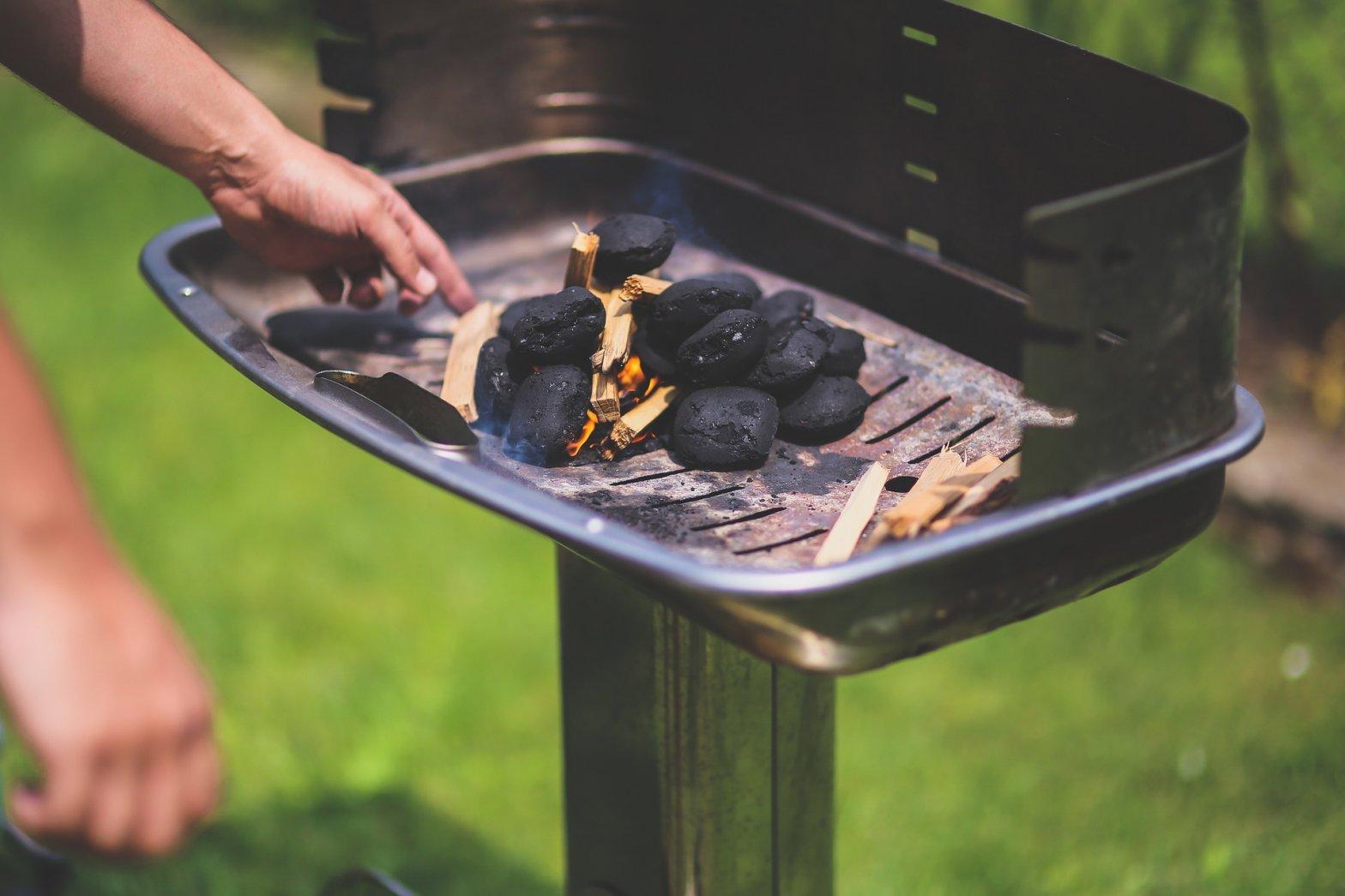 Kohlen auf Grill im Garten